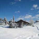 Unser Haus im Winter vom Wanderweg aus gesehen.