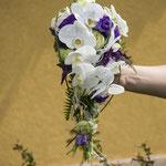 Tropfenbrautstrauß mit Orchideen