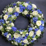 Blütenkranz aus Rosen, Hortensien und Rittersporn