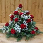 Grabgesteck aus roten Rosen und Schleierkraut