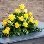 Grabgesteck mit gelben Rosen