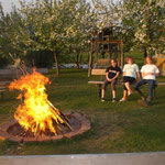 Gemütlich am Feuer sitzen