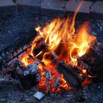 Knisterndes und romatisches Lagerfeuer auf dem Ferienbauernhof in Bayern