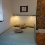 Schlafzimmer mit großem und gemütlichem Bett.