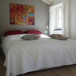 Schlafzimmer mit großem, gemütlichem Bett.