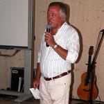 Der Vorsitzende Herbert Kättner eröffnet das Sommerfest