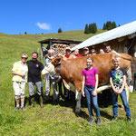 Familie Knöpfle beim Besuch ihrer Kuh Lara