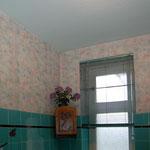 Badezimmer mit alter Tapete