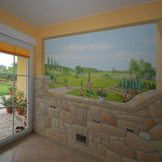 Küchenwand mit freiem Blick durch die Wand in den schönen weiten Garten.