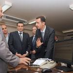 الرئيس الأسد يزور مركز خدمة المواطن بمحافظة دمشق ويطلع على طريقة تقديم الخدمات للمواطنين ويوجه بالاستفادة من هذه التجربة في إدارات الدولة الأخرى لخدمة المواطن بأحسن الطرق وأسرعها - 24.05.2010