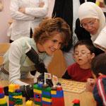 اصتحبت السيدة أسماء الأسد السيدة خير النساء غل إلى مدرسة عصافير الجنة التي تعتبر نموذجاً لمعهد تربوي تأهيلي للاطفال المصابين بمتلازمة الداون - 16.05.2009