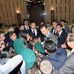 السيد الرئيس يتبادل الحديث مع جموع من أسر و أبناء و بنات الشهداء - 06.05.2010