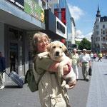 Mia wird von Ulla in Aachen verwöhnt