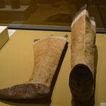 Botas hechas por las mujeres indígenas. Pieles de animales