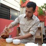 Andres preparando café de manera artesanal