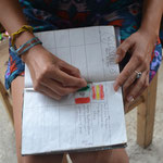 Firmando el libro de visitas