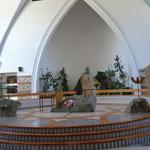 Altar de la iglesia conformado por piezas de la naturaleza