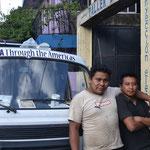 Los mecánicos que nos ayudaron en Santiago de Atitlán.