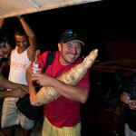 Larry con la yuca gigante que encontramos en la tiendita