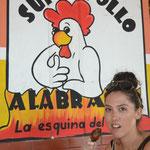 Comiendo pollo con mi guante de plástico, muy colombiana.