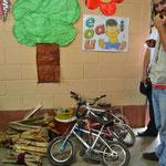 Muchos niños van en bici a la escuela, hasta los más chiquitos