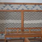Mantas mantra adornando las paredes del Santuario.