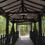 Uno de los puentes que cruzan el riachuelo