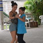 Marolinn enseñandome a bailar  =)