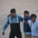 Los tres recortadores voluntarios, se llevaron una cobija como premio