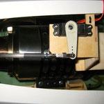 Servo für Horizontale Vector-Anlenkung, darunter Rauchoilzuleitung zur Turbine