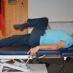 in Rückenlage li Bein mit re Hand fassen und nach re drehen ( und umgekehrt )
