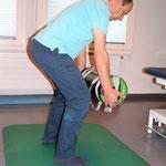 Stand: Gewicht mit Armen zum Bauch ziehen bzw. zurück / oder Gewicht an Brust legen und in dieser Postition Kniebeuge ausführen