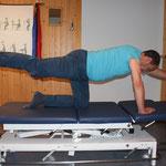 4 Füssler: Arm li Bein re ausstrecken und umgekehrt.     ( Rücken bleibt gerade )