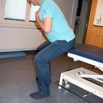 erhöter Sitz ( Tischkante ) mit geradem Rücken Oberkörper nach vorne bewegen
