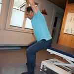 erhöter Sitz ( Tischkante ) mit geradem Rücken Oberkörper nach vorne bewegen, Arme einzeln oder beide nach  oben bewegen