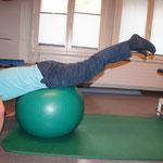 Ball Untere Extremität liegt auf Ball, beide Beine gleichzeitig hochheben