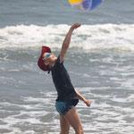 Drachen steigen lassen oder Ball spielen am Pazifikstrand.