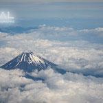 富士山を飛行機から撮影したのだね~?凄い!!雲が下で、山頂が見えてる。かっこいい!!