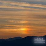 幻日!!太陽の左側。夕焼け色に染まりながらの幻日は、全体にオレンジ色がかかってて温かみのある幻日だね~^^凄い!