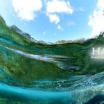 うっわ~♪ 海が青緑の波の海面から撮影したんだね?超かっちょいいショット!!積雲がちょっと見えてる♪