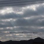 低い位置(層積雲)に出来た波状雲。薄明光線も出た♪