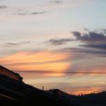 朝焼けに彩られた、流れるような毛状雲