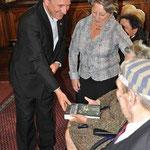 Burgemeester Patrick Janssens krijgt een exemplaar van het boek.
