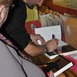 Na afloop signeerde de aueur zijn boeken.