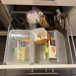 Kisten in Schubladen mit Deckel sind meist nicht so sinnvoll, weil man immer erst den Deckel abmachen muss, bevor man an die Sachen kommt.