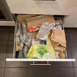Papier- Tüten, Müllbeutel, Geschirrtücher, alles fliegt willkürlich durch die Schublade
