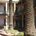 Foto panoramica de uno de los patios internos del hotel