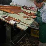 """Alle Schaftteile werden von Hand zugeschnitten, was im Gegensatz zum Stanzen weitaus zeitaufwändiger ist. Auch hier macht nur Übung den Meister. Gerade bei Leder ist ausser Präzision auch """"ein gutes Händchen"""" gefragt."""