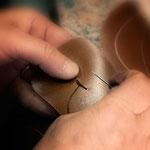Die Schäfte sind zudem mit Details versehen, die wir nur dort gefunden haben.So erhält die Lasche jedes Schnürschuhes eine kleine Schnur, durch die der Senkel gezogen wird. Damit soll ein seitliches verrutschen der Lasche verhindert werden.
