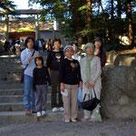 内宮本宮の石段下にて記念撮影、石段を登るとそこは撮影禁止